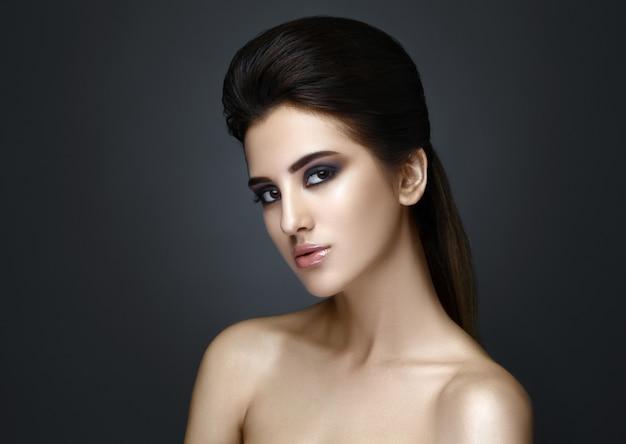 Красивая женщина с вечернего макияжа и прически