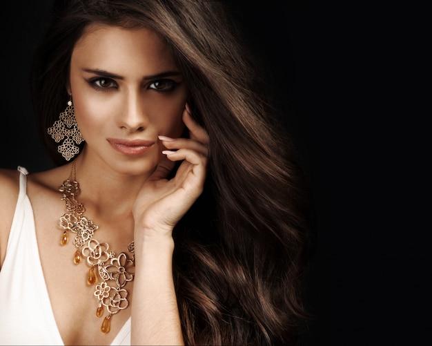저녁 화장 아름 다운 여자입니다. 보석과 아름다움. 패션 사진