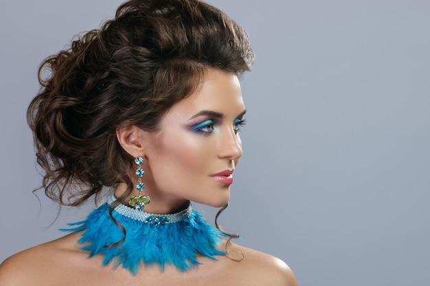 高価なイヤリングとスタイリッシュなネックレスを持つ美しい女性