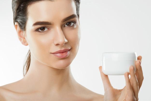 얼굴 크림을 가진 아름 다운 여자입니다. 피부 보호. 피부 관리
