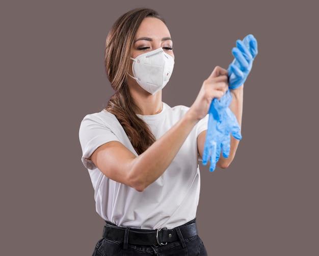 Bella donna con maschera facciale in studio