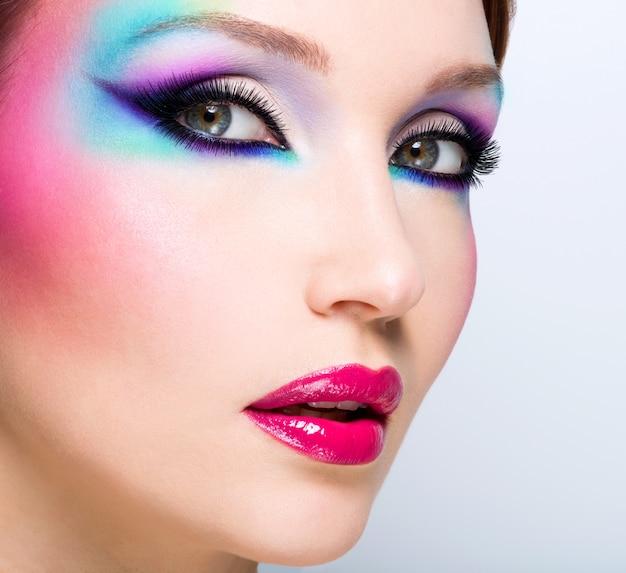 Bella donna con trucco luminoso moda di occhi e labbra rosse sexy
