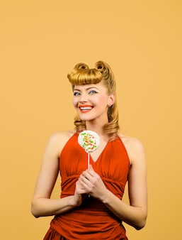 패션 헤어스타일을 가진 아름 다운 여자는 사탕 롤리팝을 보유 하 고 롤리팝과 매력적인 섹시 한 여자