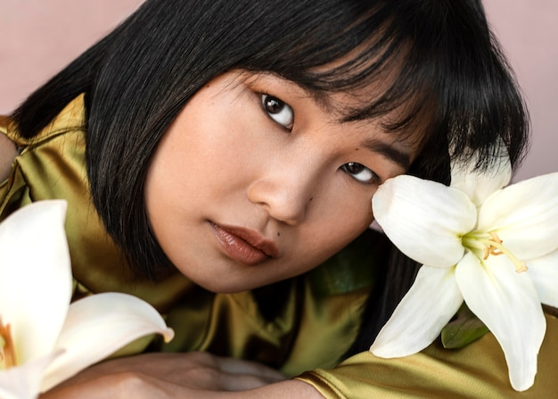 Красивая женщина с цветами