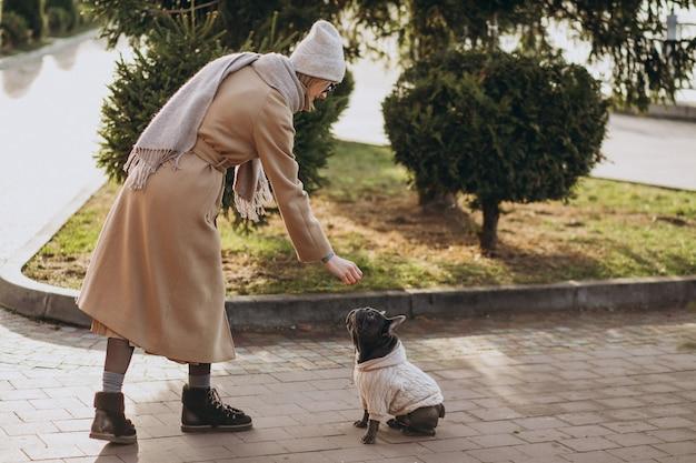 프랑스 불독 공원에서 산책 아름 다운 여자