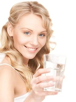 Красивая женщина со стаканом воды над белой