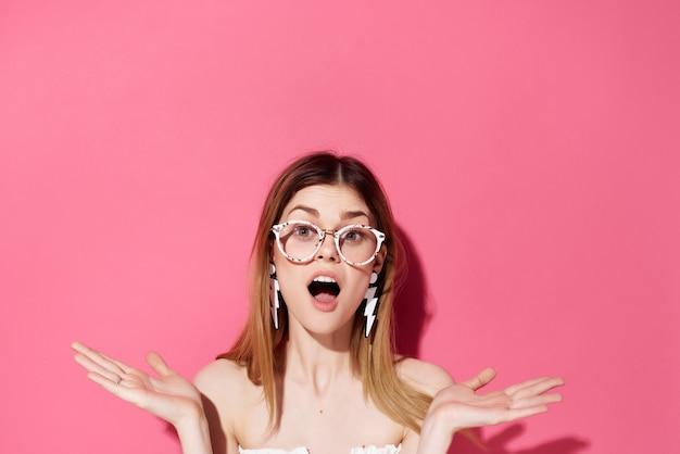 メガネイヤリングファッショントリミングビューを持つ美しい女性