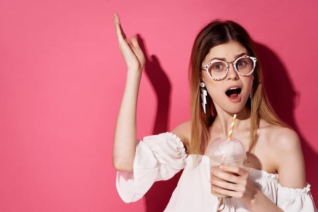 メガネイヤリングファッション感情ライフスタイルを持つ美しい女性