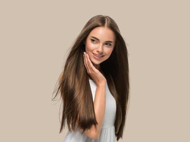 흰색 드레스 색상 배경 갈색에 아름 다운 긴 부드러운 비행 머리 손을 가진 아름 다운 여자