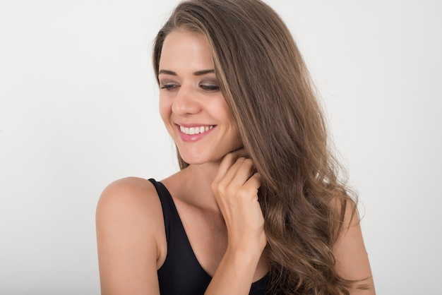 Красивая женщина с здоровым телом на белом фоне