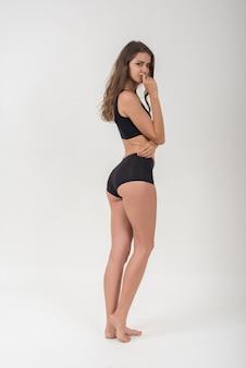 Bella donna con corpo sano su sfondo bianco