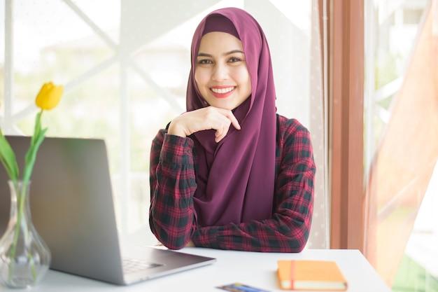 Красивая женщина с хиджабом на столе