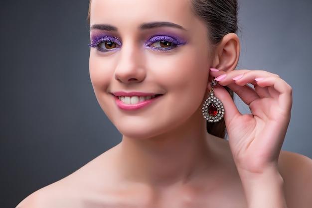 Красивая женщина с украшениями в концепции моды