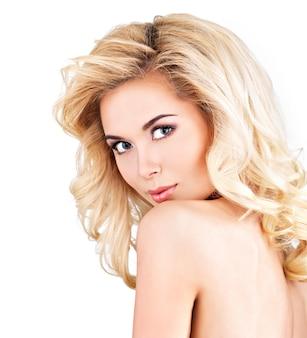 Красивая женщина с длинными светлыми вьющимися волосами. изолированный на белом