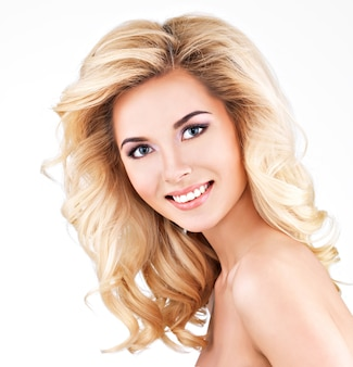 긴 금발 곱슬 머리를 가진 아름 다운 여자입니다. 흰색 절연