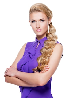 Красивая женщина с длинными светлыми вьющимися волосами. портрет фотомодели с ярким макияжем. изолированные на белом