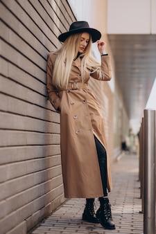 Красивая женщина с длинными светлыми волосами, путешествуя