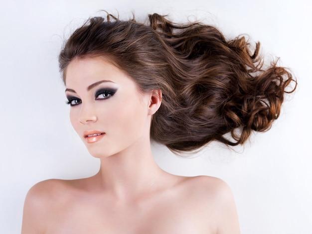 長い茶色の毛を持つ美しい女性