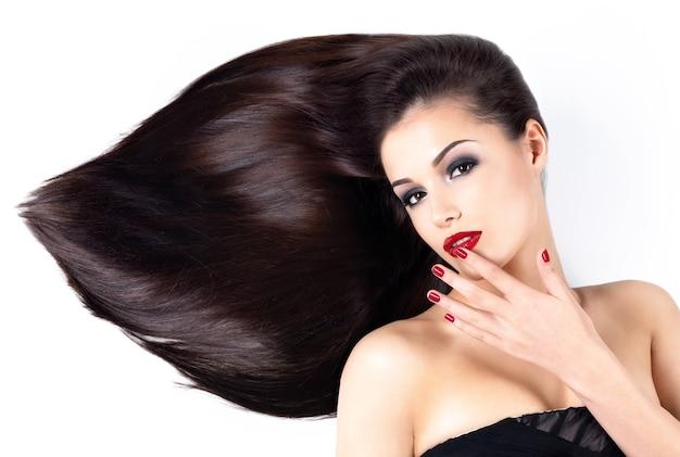긴 갈색 직선 머리카락과 우아함 빨간 손톱을 가진 아름다운 여인
