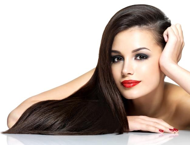 Красивая женщина с длинными каштановыми прямыми волосами - изолированные на белом фоне