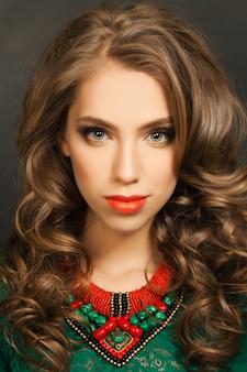 Красивая женщина с длинными вьющимися волосами, лицо крупным планом