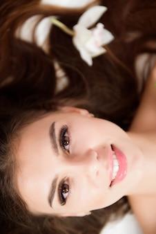 뷰티 살롱에서 긴 속눈썹을 가진 아름 다운 여자. 속눈썹 연장 절차. 속눈썹을 닫습니다. 미용 및 피부 관리.