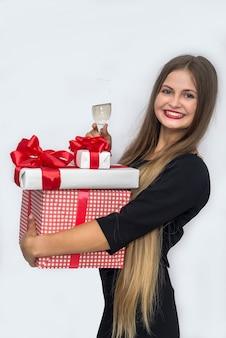 Красивая женщина с длинными волосами и подарочными коробками, изолированными на белом