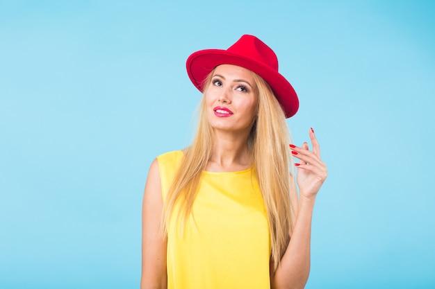 긴 직선 금발 머리를 가진 아름 다운 여자입니다. 스튜디오에서 포즈를 취하는 패션 모델