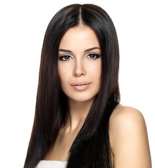 긴 스트레이트 머리를 가진 아름 다운 여자입니다. 패션 모델 포즈.