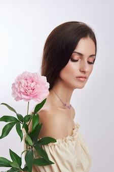 Красивая женщина с большим количеством розовых цветов