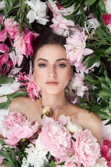ピンクの花がたくさんある美しい女性