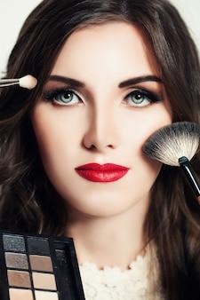 Красивая женщина с макияжем. лицо крупным планом. концепция макияжа