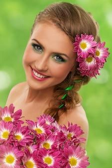 Bella donna con trucco e fiori