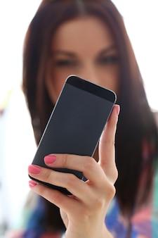 휴대 전화를 가진 아름 다운 여자
