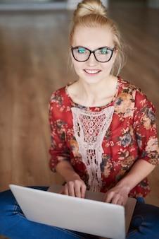 Bella donna con laptop moderno