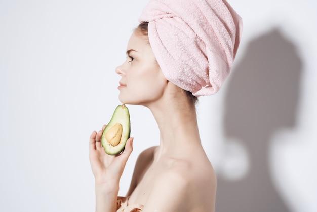 手でトリミングされたビューでエキゾチックなシャワーの後の裸の体を持つ美しい女性