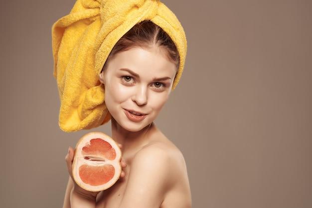 벌거 벗은 몸 깨끗한 피부 비타민 근접 촬영 포즈와 아름 다운 여자