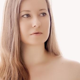 메이크업 건강과 웰빙 개념으로 자연스러운 외모와 빛나는 머리카락을 가진 아름다운 여성은 스킨케어 화장품과 고급 뷰티 광고 디자인을 위한 젊은 여성 모델의 얼굴 초상화
