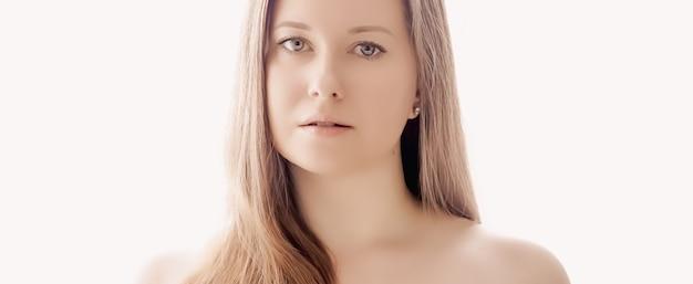 스킨 케어 화장품 및 고급 미용 광고 디자인을위한 젊은 여성 모델의 메이크업 건강 및 웰빙 개념 얼굴 초상화로 자연스러운 모습 완벽한 피부와 빛나는 머리를 가진 아름 다운 여자