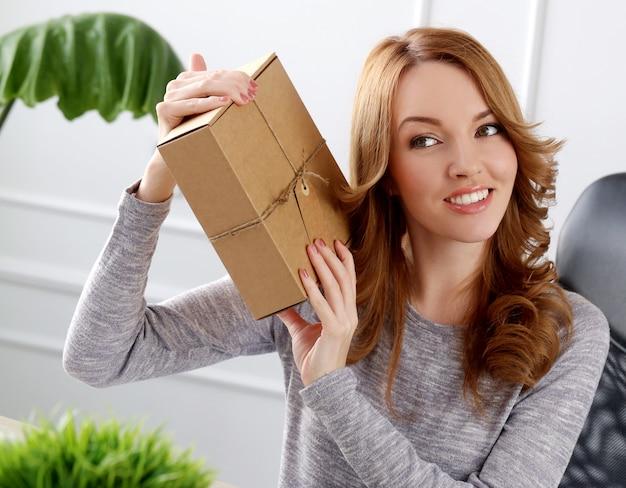 Красивая женщина с пакетом