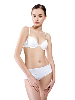 Bella donna con un corpo perfetto in biancheria intima bianca