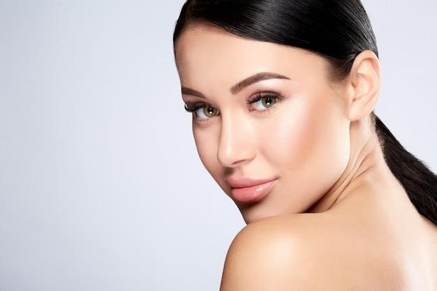 완벽 한 피부 포즈, 아름다움과 피부 관리 개념을 가진 아름 다운 여자