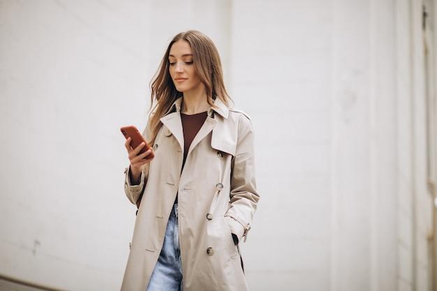 Bella donna con il telefono all'aperto