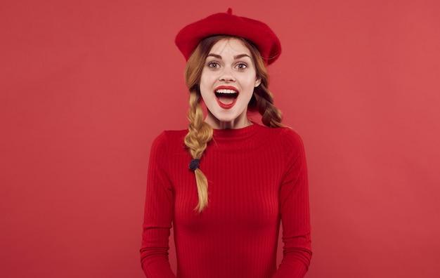 Красивая женщина с косичками весело красные губы роскошный изолированный фон