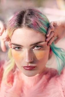 プロの芸術的な化粧品で、ピンクとターコイズブルーの髪の美しい女性