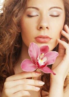 Красивая женщина с розовой орхидеей