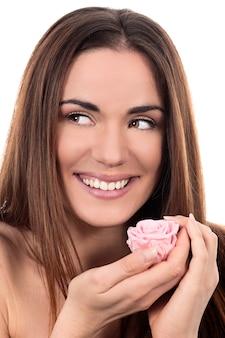 Bella donna con rosa rosa su sfondo bianco