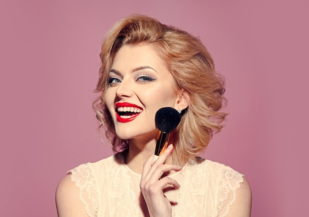 핀업 메이크업으로 아름 다운 여자입니다. 패션 화살표 모양. 브러시로 메이크업 뷰티.