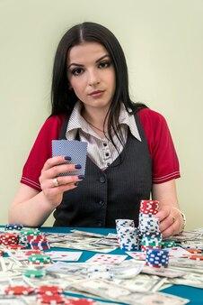 カジノでトランプを持つ美しい女性