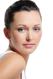 純粋な健康な皮膚を持つ美しい女性